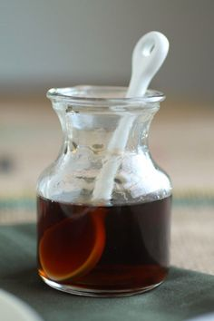 Whiskey Maple Syrup - Life As A Strawberry - - This homemade whiskey maple syrup is everything your breakfast has been missing! Homemade Whiskey, Homemade Maple Syrup, Maple Syrup Recipes, Bourbon Syrup Recipe, Maple Whiskey, Sweet Sauce, Simple Syrup, Diy Food, Breakfast