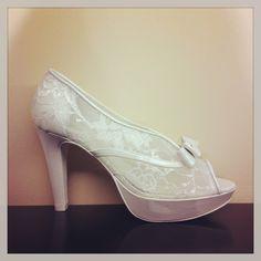 Zapato de novia de encaje.