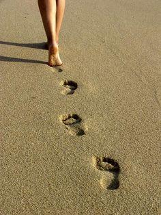 Si caminas por la playa descalzo, mejor por la arena mojada. La seca requiere mayor esfuerzo y puede dañar tus tobillos si no estás bien en forma. #salud #Footcare
