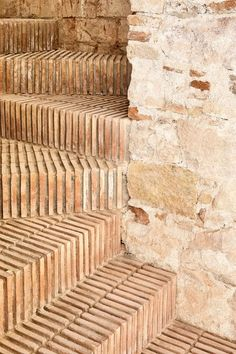 Sublime renovation for this triplex in Barcelonne - Journal du Design - bare brick staircase. Detail Architecture, Brick Architecture, Contemporary Architecture, Interior Architecture, Ancient Greek Architecture, Interior Stairs, Interior And Exterior, Brick Interior, Brick Steps