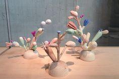 Adélas, flores geometrizadas de madeira, criação de Adéla Fetjková, na mostra da Academia de Artes, Arquitetura e Design de Praga
