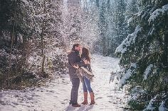 Que dire de cette séance qui m'a laissé des pépites de bonheur, de joie et d'amour dans les yeux pour plusieurs mois peut être même pour toujours, car chacune de mes rencontres avec mes futurs mariés sont toujours des moments intenses et riches que je n'oublie jamais et qui restent gravés au fond de moi. Revivez donc cette jolie séance engagement sous la neige du Jura, près d'Arbois où j'ai passé un dimanche comme je les aime, partage, rire, bonne humeur et bonheur tout simplement.