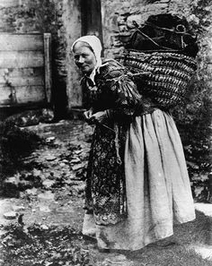 Hardcore Shetland knitting on the go. Lugging around something heavy in a basket on her back and knitting at the same time! Baba Yaga, Vintage Photographs, Vintage Images, Old Pictures, Old Photos, Art Du Fil, Vintage Knitting, Vintage Crochet, Historical Photos
