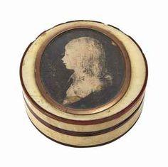 DRAGEOIR EN IVOIRE ET ECAILLE FRANCE, VERS 1795 Unie, les bordures en écaille, le couvercle centré d'un profil de Louis XVII sur tissu dans un médaillon ovale avec monture en métal doré Diamètre: 7 cm. (2 ¾ in.)