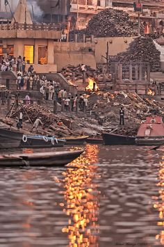 Benaras, India - Hindu cremation on the Ganges River bank Rishikesh, Varanasi, India Facts, Amazing India, History Of India, India People, India Travel, India Trip, Nepal