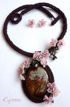 Pod kvetoucí sakurou Souprava náhrdelníku a náušnic byla vytvořena časově náročnou technikou šitého šperku z korálků (beadweaving) do soutěže Klubu šitého šperku na téma: Japonsko. Náhrdelníku dominuje krásný kabošon jaspisu noreeana s obrázkem pagody v japonské zahradě obklopený květy sakury - symbolem Japonska. Náhrdelník je ušitý z českého rokajlu Preciosa a ...