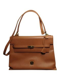 Dies ist eine nummerierte MCM Lederhandtasche in der Farbe cognac. Oberfläche und Innenraum sind einwandfrei. Der Boden und insbesondere eine Ecke haben stärkere Gebrauchsspuren. Die Kanten unten könnten von einem guten Schuster evtl. farblich nachbehandelt werden. Der Klappendeckel wird durch Drehverschluss am Lederbändchen geöffnet und aufgeklappt. Innenaufteilung: Die MCM Tasche hat ein Haupt-, ein Reißverschluss und ein Seitenfach. Zur Tasche gehören ein lederbezogener Taschenspiegel ...
