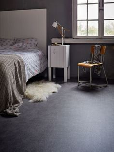Dark marmoleum floor in the bedroom with a white bed and nightstand. On the grou… - Einrichtungsideen Farm Bedroom, Wood Bedroom, Bedroom Flooring, Bedroom Decor, Bedroom Size, Basement Flooring, Bedroom Ideas, Diy Interior, Interior Design