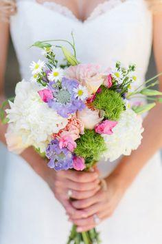 Um dos pontos mais interessantes do buquê carregado pela noiva é justamente na sintonia entre as flores e a própria...