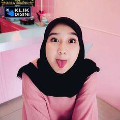Pin Image by Comedies Memes Casual Hijab Outfit, Ootd Hijab, Hijab Chic, Girl Hijab, Beautiful Muslim Women, Beautiful Hijab, Hijab Fashion, Fasion, Women's Fashion