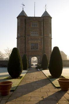 The Elizabethan Tower and topiary on the Upper Lawn at sunrise in winter at Sissinghurst Castle Garden, near Cranbrook, Kent Vita Sackville West, Beautiful Interiors, Beautiful Gardens, Gaudi, Sissinghurst Garden, Lancaster, Lenotre, Kent Homes, Monet