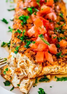 With this baked lemon garlic halibut, clean eating never got any easier. In 25 minutes you've got yourself a delicious piece of halibut fish baked to perfection in a lemon and garlic marinade.