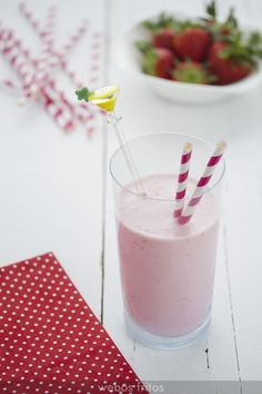 Smoothie de fresas Thermomix Veg Recipes, Healthy Recipes, Beverages, Drinks, Milkshake, Sour Cream, Food Styling, Smoothies, Glass Of Milk