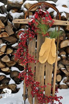 10 ways to decorate a vintage sled. Get 10 ideas for decorating a vintage or antique sled for wintertime home decor.Get 10 ideas for decorating a vintage or antique sled for wintertime home decor. Christmas Sled, Christmas Projects, Christmas Holidays, Christmas Wreaths, Christmas Sleighs, Ideas For Christmas, Farmhouse Christmas Decor, Rustic Christmas, Vintage Christmas Decorating
