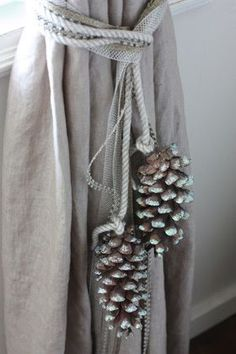 ideen binden pine cone curtain ties this looks like Burkum, Burkum, and Angie H… - Haus Dekoration Curtain Tie Backs Diy, Curtain Ties, Curtains With Blinds, Drapes Curtains, Drapery, Tie Back Curtains, Christmas Pine Cones, Simple Christmas, Diy Christmas