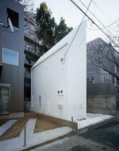 Conheça algumas casas japonesas que utilizaram o menor terreno possível para serem construídas. Claro que, para compensar a falta de espaço, a maioria teve que crescer para cima.