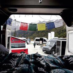 Erster Wintertag der Saison auf dem @campervansummitmeeting auf über 2000 m Höhe. Der einzige ungebetene Gast ist der Regen  Aber mit so vielen bunten Vans Gästen und Gesprächen ist die Stimmung gesichert