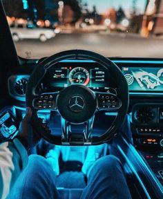 Aside from self-driving cars, the invention of the automatic transmission, is no doubt, the latest development in the automobile industry. Although these self-drive cars are yet to be launched for the public, automatic vehicles are Mercedes Auto, Carros Mercedes Benz, Mercedes Benz Interior, Mercedes Benz Autos, Mercedes G Wagon, Mercedes 2018, 4 Door Sports Cars, Sport Cars, Foto Fails