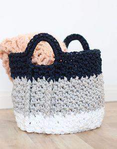 large crochet baskets with handles - free crochet pattern - so cute!
