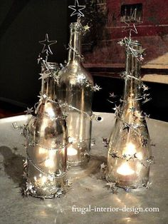 DIY Weihnachtsdeko Bastelideen mit Weinflaschen, Lichterkette und Sternengirlande