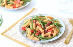 Een snelle, heerlijke pastasalade met salami, paprika, haricots verts en rode pesto. Supersnel op tafel en met maar 5 ingrediënten!