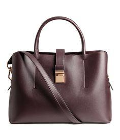 Weinrot. Handtasche aus geprägtem Lederimitat mit zwei Tragegriffen und schmalem, abnehmbarem Schulterriemen. Die Tasche hat zwei Außenfächer und oben ein