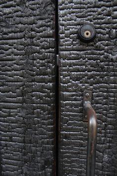 Uno Tomoaki-Shou Sugi forbid the door. Wood Furniture, Furniture Design, Door Design, House Design, Smart Home Design, Charred Wood, Deco Nature, Wood Cladding, Dome House