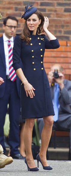 Catherine Duchess of Cambridge, aka Kate Middleton, in a bespoke Alexander McQueen coat dress, hat by Rachel Trevor-Morgan, and Prada shoes. Gorgeous style for Duchess Kate. Style Année 20, Her Style, Vestidos Kate Middleton, Coat Dress, Dress Up, Navy Dress, Frock Coat, Dress Black, Looks Kate Middleton
