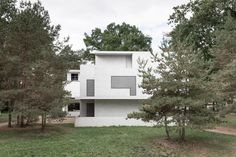 Meisterhäuser in Dessau by Walter Gropius and the modern interpreted New Masters' Houses by Bruno Fioretti Marquez. Bauhaus, Classical Architecture, Landscape Architecture, Lebbeus Woods, Old Abandoned Houses, Walter Gropius, Toyo Ito, Norman Foster, Urban Design