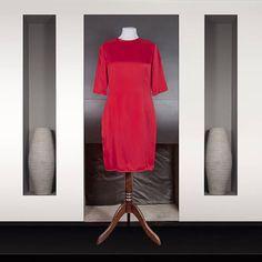 Birgit Israël : Robe en soie lourde rouge Manches ¾ Longueur genoux