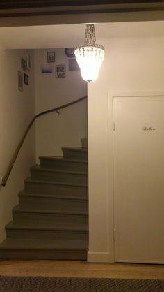 Slipa trappan, måla med färg emellan trappstegen. Ny ledstång ...