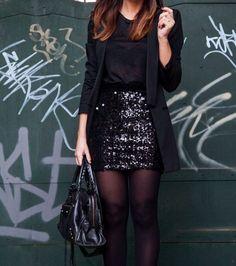 mujer con vestido y flada de lentejuelas