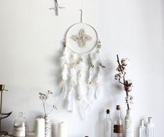 Crystal Spirit . attrape-rêves blanc et naturel plumes & pointe de quartz  .
