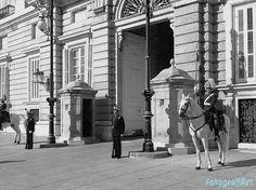 """Guardia en el Palacio Real de Madrid Fotografía tomada con uno de los primeros smartphones que salieron al mercado en España, el HTC Touch Cruise con Windows Mobile 6.0 Professional, con una cámara de 3,15 MP y resolución máxima de 2048×1536, o sea """"la caña"""" en un móvil ..."""
