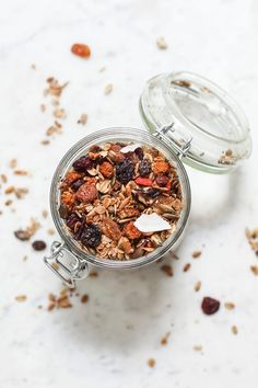 Make your own granola! It's much healthier. I sprinkle it over my oatmeal or eat it with some almond milk or atop my chia pudding. It's satisfying and very nutritious and is free of refined sugar and other additives. Now that's a good breakfast! Easy Healthy Dinners, Easy Dinner Recipes, Best Breakfast, Breakfast Recipes, Sugar Free Granola, Make Your Own Granola, Chia Pudding, Pinterest Recipes, Vegan Dishes