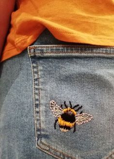 Bumble Bee embroidery // DIY embroidery in jeans // Embroidered jeans # Embroide. - Bumble Bee embroidery // DIY embroidery in jeans // Embroidered jeans # Embroidered - Painted Jeans, Painted Clothes, Diy Clothes Paint, Thrift Store Diy Clothes, Hand Painted, Bee Embroidery, Embroidery Patterns, Embroidery On Denim, Embroidery Online