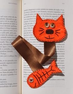 Felt bookmark cat for Dewey day! Fabric Crafts, Sewing Crafts, Sewing Projects, Craft Projects, Cat Crafts, Arts And Crafts, Felt Bookmark, Diy Bookmarks, Book Markers