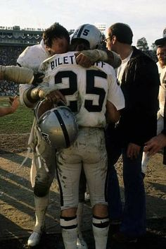 Nfl Football Helmets, Football Pictures, Sport Football, American Football Players, American Sports, Nfl Hall Of Fame, Vintage Football, Tough Guy, Oakland Raiders