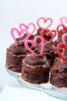 Valentine's Day *Food* – Cherry Almond Brownie Bites (recipe) - Valentine's Day Valentines Day Desserts, Valentine Treats, Holiday Treats, Mini Cakes, Cupcake Cakes, Brownie Bites Recipe, Delicious Desserts, Dessert Recipes, Yummy Food