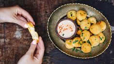 Smažený sýr jinak: zkuste smažák jako smažené sýrové kuličky Dip, Curry, Lunch, Ethnic Recipes, Food, Salsa, Curries, Eat Lunch, Essen