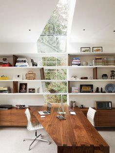 Home Office com Mesa Angular de Madeira. Arquiteto: Skulab Architecture.