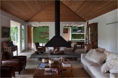 telhado com forro de madeira inclinado