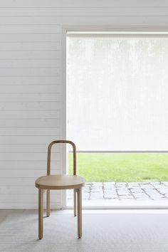Vista blind fabric allows a delicate and soft light to pass through. Materials: paper yarn and cotton. Fabric Blinds, Curtains With Blinds, Kensington House, Tile Edge, House Blinds, Interior Decorating, Interior Design, Comfortable Sofa, Roller Blinds