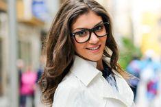 Primer plano de mujer bonita con gafas y sonrisa grande Foto Gratis