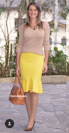 Look de trabalho - look do dia - look corporativo - moda no trabalho - work outfit - office outfit - fall outfit - frio - look de outono Fall Office Outfits, Business Casual Outfits, Casual Fall Outfits, Spring Outfits, Office Fashion, Business Fashion, Yellow Skirt Outfits, Classic Skirts, Work Skirts