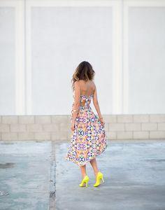 Loving the neon heels + printed maxi dress {chic}. Estilo Fashion, Look Fashion, Fashion Models, Girl Fashion, Fashion Trends, Fashion Shoes, Neon Heels, Yellow Heels, Summer Outfits