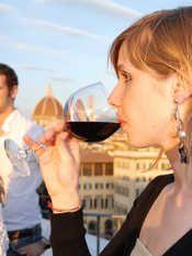 """Wine Town: a Firenze in Oltrarno arriva un calice di eccellenza! Saperi e sapori, chiostri e degustazioni, qualità e convivialità, la festa del """"vino d'autore"""" che porta tra logge, viuzze e storiche dimore calici di rosso, bianco o rosato - tutti da assaporare - accompagnati dai migliori prodotti tipici del territorio."""