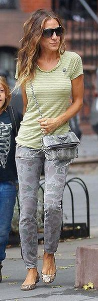 Who made Sarah Jessica Parker's handbag and print skinny jeans that she wore in New York?