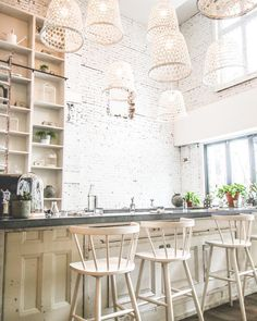 Lov restaurant #montreal - Découvrez les photos et vidéos Instagram de Clouzote Decoration, Kitchen Island, Restaurant Montreal, Chair, Instagram, Interior, Furniture, Juice, Home Decor