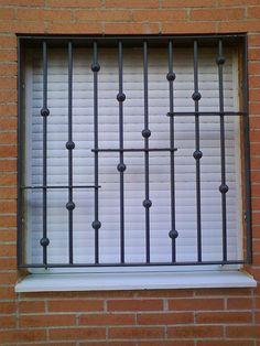 Fotograf a de rejas modernas para ventanas con barrotes for Casas sencillas pero bonitas